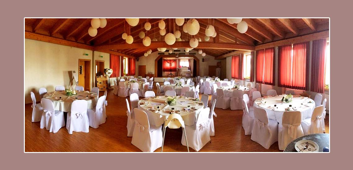 Hochzeitsdeko runde Tische in Weiß Bürgersaal Brendlorenzen Bad Neustadt an der Saale